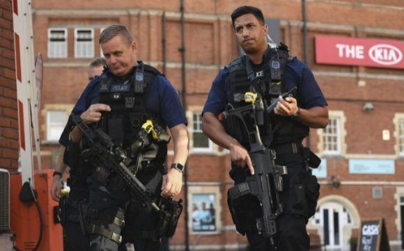 Policía británica arresta a cuatro militares como presuntos terroristas