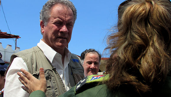 Beasley también conversó con autoridades que le explicaron los estragos ocasionados por el fenómeno meteorológico en la zona de Jaimanitas. Foto: Cinthya García Casañas/ Cubadebate.