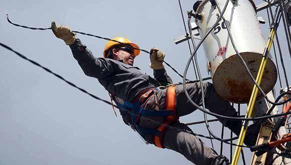 Los trabajadores eléctricos no descansan en aras de ir rehabilitando el servicio en el municipio de Yaguajay, el de mayores afectaciones tras el paso del huracán Irma. Foto: Oscar Alfonso/ ACN.