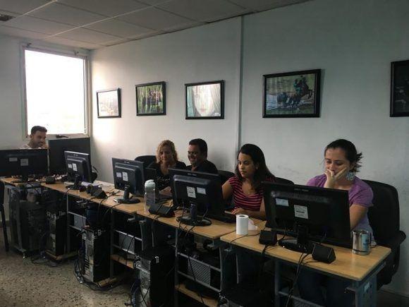 El equipo de Cubadebate trabajando en la mañana del 10 de septiembre, cuando Irma aún dejaba sus huellas en Cuba.