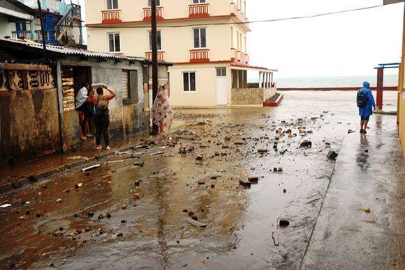 Escombros comienzan a acumularse al pie del emblemático hotel La Rusa, en Baracoa,  al amanecer del  8 de septiembre de 2017,  durante el acercamiento del huracán Irma a la costa norte oriental de Cuba. Guantánamo. Foto: ACN/ Pablo Soroa.
