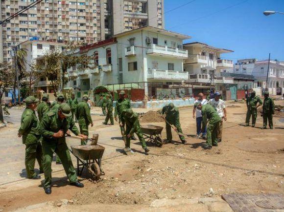 Soldados y oficiales de las Fuerzas Armadas Revolucionarias (FAR), participan en las labores de limpieza durante la recuperación, tras los daños dejados por las penetraciones del mar por el pàso del Huracán Irma, a lo largo de la calle 3ra. del Vedado, en La Habana. Foto: Abel Padrón/ ACN.