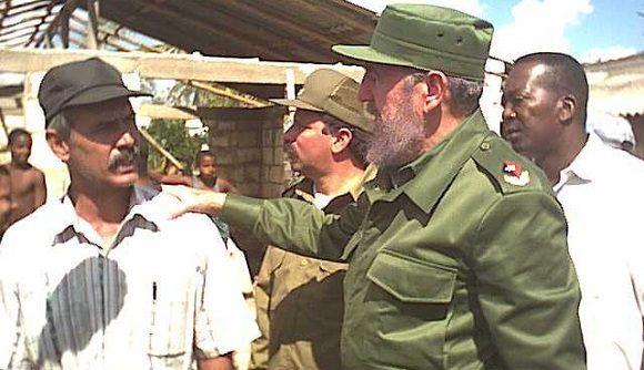 Recorrido de Fidel Castro, Presidente del Consejo de Estado de Ministros de Cuba, por Matanzasy Villa clara, tras el Huracán Michelle Realizada: Publicada:12/11/01 Pág:01 Edición: Fuente:Trabajadores Fotógrafo:García, Hugo Observaciones