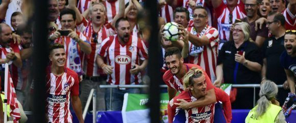 Griezmann y Koke celebran el gol del francés, segundo del Atlético. Foto: AFP