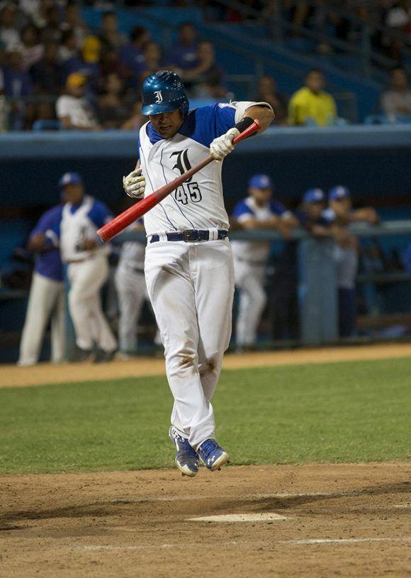 Frank Camilo en aprietos para poder tocar la bola. Foto: Ismael Francisco/Cubadebate