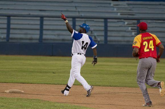 Yoandry Urgelles limpio las bases con un doble. Foto: Ismael Francisco/Cubadebate