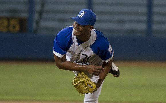 Adrian Sosa gano el juego con un relevo largo.Foto: Ismael Francisco/Cubadebate