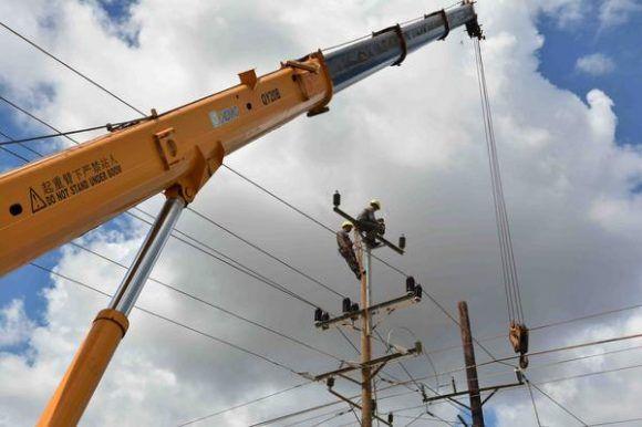 Reparación de redes eléctricas dañadas por el Huracán Irma a su paso por el norte de Camagüey, Cuba, el 13  septiembre de 2017.      ACN  FOTO/ Rodolfo BLANCO CUÉ