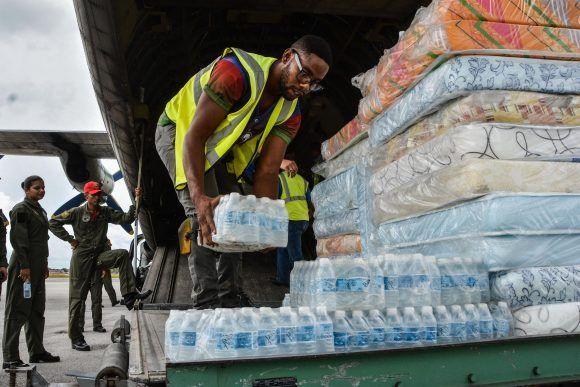 Primera ayuda humanitaria, procedente de la República Bolivariana de Venezuela, para los damnificados por el huracán Irma, en el Aeropuerto Internacional José Martí, en La Habana, el 12 de septiembre de 2017.   ACN FOTO/Marcelino VÁZQUEZ HERNÁNDEZ/ogm