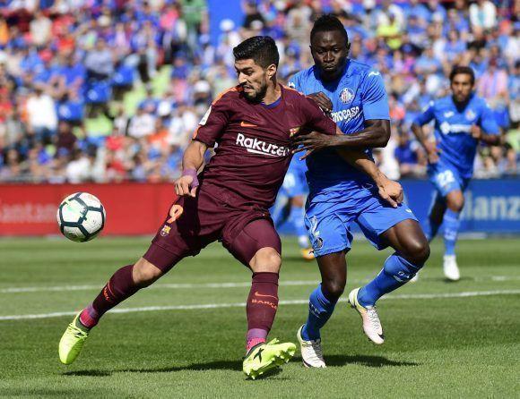 3d4953927d Luis Suárez lucha por un balón durante el partido. Foto  AFP.