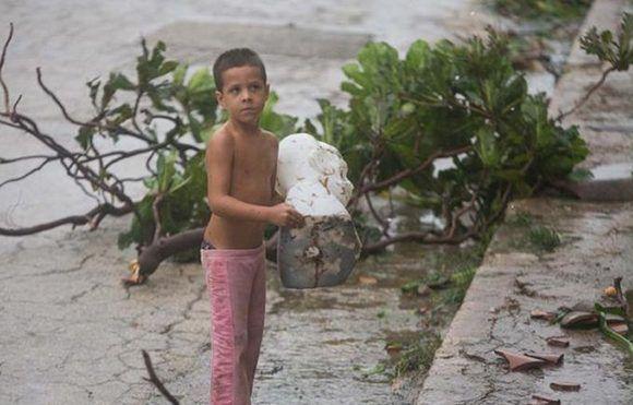 José Daniel tomó el busto en sus manos y salió corriendo para mantenerlo a salvo. Quizás esta es la imagen más compartida en las redes sociales sobre el paso del huracán Irma por Cuba. Foto: Yander Zamora/ Granma.