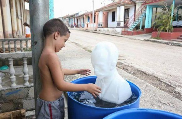 El niño fue rápido a limpiar a Martí. Quizás esta es la imagen más compartida en las redes sociales sobre el paso del huracán Irma por Cuba. Foto: Yander Zamora/ Granma.