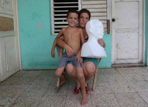 José Daniel junto a su madre, quien le ayudó a rescatar a Martí. Quizás esta es la imagen más compartida en las redes sociales sobre el paso del huracán Irma por Cuba. Foto: Yander Zamora/ Granma.