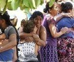 Familiares y amigos lloran al ver el rescate de algunas de las víctimas. Foto: EFE