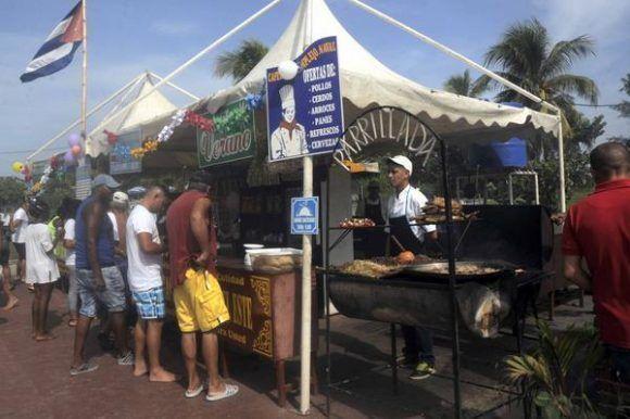 Ofertas gastronómicas, durante el cierre del verano en la playa El Mégano, al este de La Habana, Cuba. Foto: ACN/ Oriol de la Cruz Atencio.