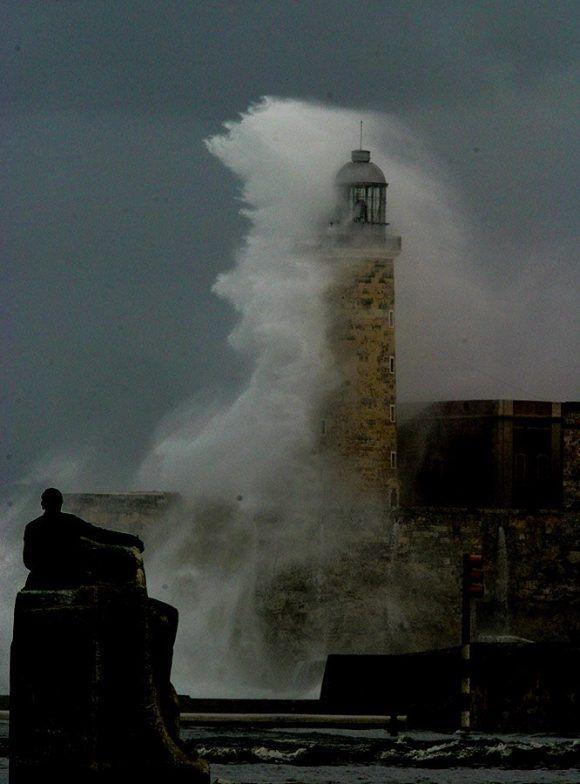 Olas que dejó el huracán Wilma el 25 de octubre de 2005. Foto: Ismael Francisco/ Cubadebate.
