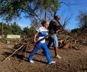 Orisel  Martínez entre las Glorias deportivas y trabajadores del Instituto Nacional de Deportes, Educación Física y Recreación (INDER), que realizaron trabajo voluntario en áreas de la Ciudad Deportiva tras paso del Huracán Irma, en La Habana, Cuba, el 15 de septiembre de 2017.  Foto: Calixto N. LLANES/  JIT