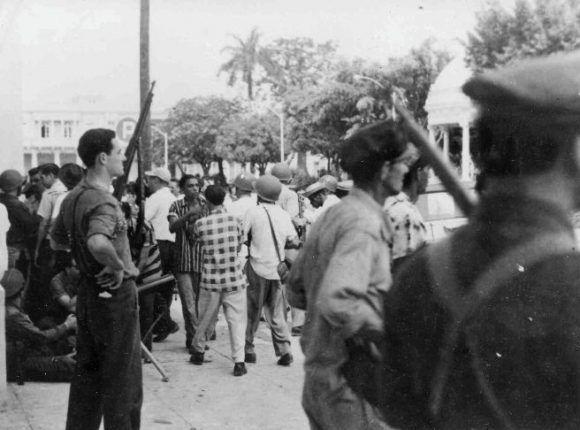 El pueblo cienfueguero armado, en las inmediaciones del Parque Martí. Foto tomada de Ecured.