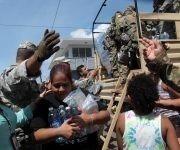 Residentes en San Juan, Puerto Rico, reciben agua luego del paso de María. Foto: Reuters.