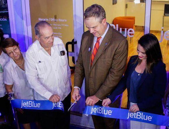 Robín Hayes (C der.), presidente ejecutivo de la línea aérea estadounidense JetBlue, durante el corte de la cinta en la inauguración de la oficina comercial de esa entidad en La Habana, Cuba. Foto: Abel Padrón/ ACN.