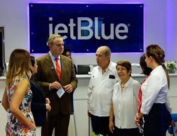 Robín Hayes (C izq.), presidente ejecutivo de la línea aérea estadounidense JetBlue en La Habana. Foto: Abel Padrón/ ACN.