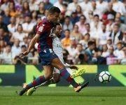 Rober y Marcelo disputan un balón en el empate entre el Levante y el Real Madrid. Foto: Reuters.