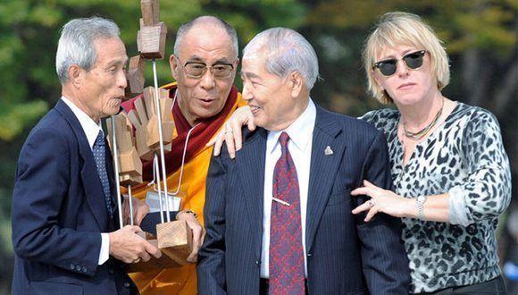 taniguchi-con-los-galardonados-del-premio-nobel-de-la-paz-el-dalai-lama-y-jody-williams-a-la-derecha-y-con-sunao-tsuboi-un-sobreviviente-de-la-bomba-atomica-en-hiroshima
