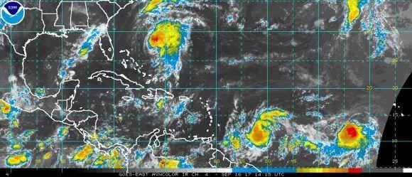 La tormenta tropical Lee sitúa a unos 1055 kilómetros al oeste suroeste de las Islas de Cabo Verde. Se mueve al oeste a unos 19 kilómetros por hora.