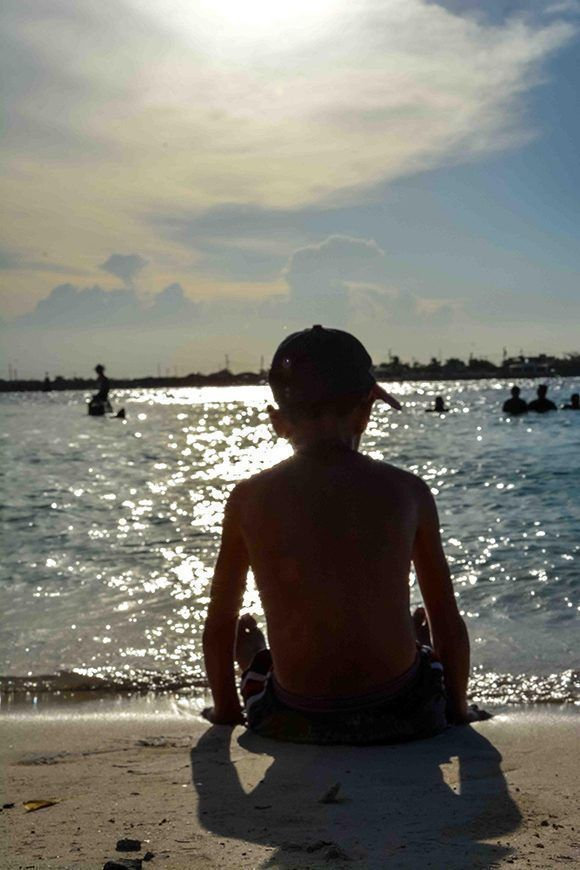 Un niño observa el atardecer en la Playa La Boca, en el municipio norteño de Puerto Padre, en Las Tunas, Cuba. Foto: ACN/ Yaciel Peña.