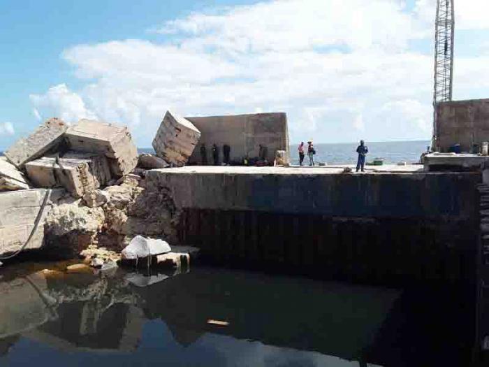 La fuerza de las olas movió piezas de hormigón de un peso increíble. Foto: Ventura de Jesús García
