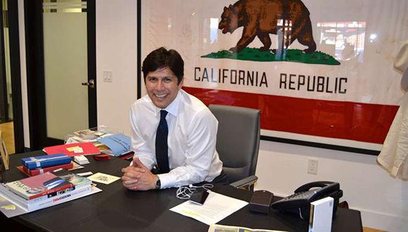 El presidente del SEnado de California, el demócrata hispano Kevin De León encabezó la iniciativa. Foto tomada de La Opinión.