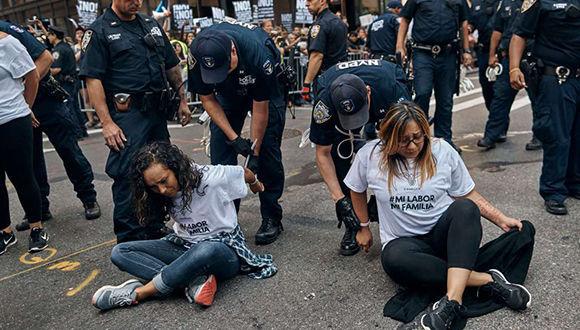 """Alrededor de una docena de jóvenes """"soñadores"""" y activistas fueron arrestados hoy en Nueva York durante una protesta que paralizó la Quinta Avenida. Foto: AP."""