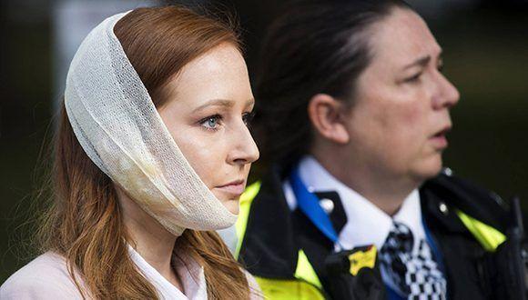 Una agente de policía escolta a una herida en los alrededores de la estación de metro Parsons Green en Londres. Foto: Will Oliver / EFE