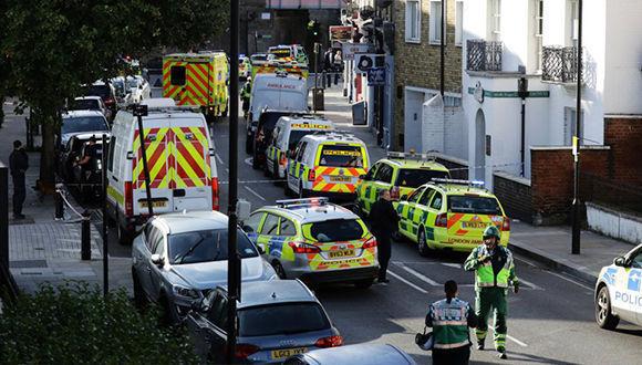 Hasta el lugar de los hechos se han desplazado unidades del servicio de Ambulancias de la capital británica. Foto: Kevin Coombs / Reuters