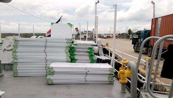 El buque trae planchas de zinc, puertas de metal, colchones y otras mercancías. Foto: Prensa Latina.