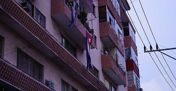 bandera-cubana-edificio-centro-habana
