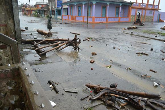 En La Pasada, en Baracoa, el mar ha arrojado escombros a la calle central. Foto: @labaracoesa