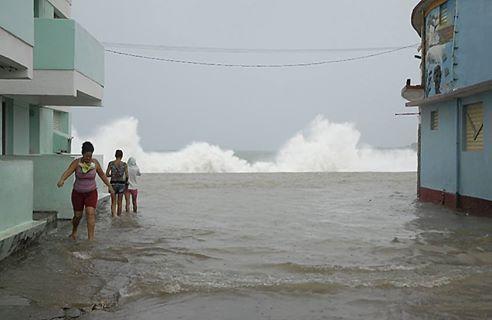 La Defensa Civil insiste en que no se salga a las provincias donde persiste la Alarma Ciclónica. Foto: @labaracoesa/ Twitte.