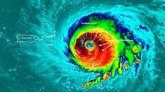 La isla de Barbuda en el ojo del Huracán Irma. Foto: NASA.
