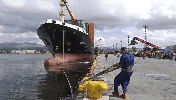 El barco de carga de contenedores Vega Zeta arribó al puerto Guillermón Moncada con ayuda solidaria procedente de la República de Panamá destinada a los damnificados del huracán Irma, Santiago de Cuba. Foto: Miguel Rubiera / ACN