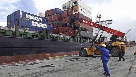 Una donación procedente de la República de Panamá, destinada a los damnificados del huracán Irma, fue recibida en el puerto Guillermón Moncada, de Santiago de Cuba. Foto: Miguel Rubiera / ACN