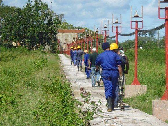 Torreros de la brigada de la División Radiocuba Granma levantan  levantar la torre del Centro Transmisor de Onda Media Tagarro, el principal de su tipo en Camagüey. Foto: Cortesía de Heydi Rodríguez Gómez.