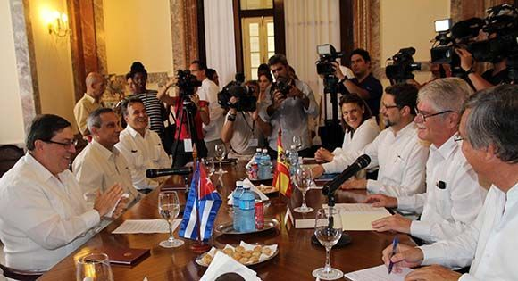 El canciller cubano Bruno Rodríguez Parrilla (I), y el ministro de Asuntos Exteriores y de Cooperación de España, Alfonso María Dastis Quecedo (segundo de la der.), sostienen conversaciones oficiales en la sede del Ministerio de Relaciones Exteriores de Cuba, en La Habana, el 6 de septiembre de 2017. Foto: Jorge Legañoa Alonso/ ACN.