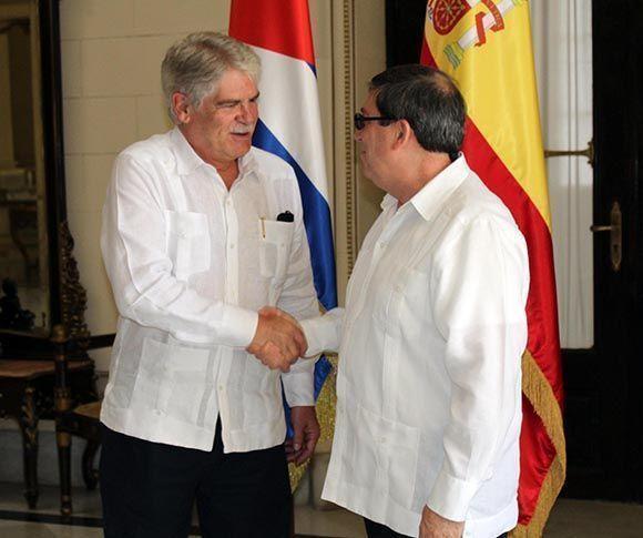 El canciller cubano Bruno Rodríguez Parrilla (D) recibe a Alfonso María Dastis Quecedo, ministro de Asuntos Exteriores y de Cooperación de España, en la sede del Ministerio de Relaciones Exteriores, en La Habana, Cuba, el 6 de septiembre de 2017. Foto: Jorge Legañoa Alonso/ ACN.