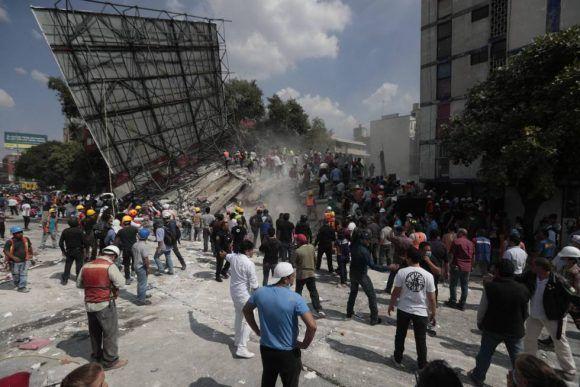 Equipos de rescate y voluntarios buscan supervivientes entre los escombros de un edificio en la colonia Roma de Ciudad de México. Foto: Eduardo Verdugo / AP