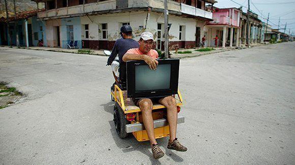 Un ciudadano transporta su televisor desde la casa a un lugar más seguro antes de la llegada del huracán Irma en Caibarién, 8 de septiembre de 2017. Foto: Alexandre Meneghini / Reuters.