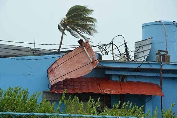 Cubierta de la fábrica de Helados de Playa Santa Lucia, en Nuevitas, levantada por la fuerza de los vientos del huracán Irma a su paso por la costa norte de la provincia Camagüey, Cuba, el 8 de septiembre d e2017. Foto: Rodolfo Blanco/ ACN.