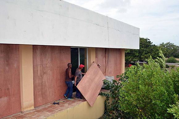 Continúan las  acciones para la protección de los recursos en el  Hotel Trip Cayo Coco, en Ciego de Ávila, la mañana del 8 de septiembre de 2017, ante la inminencia del huracán Irma.  ACN  FOTO/Osvaldo GUTIÉRREZ GÓMEZ/sdl
