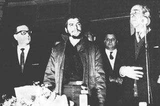 En su única foto con Salvador Allende, en los días de Punta del Este, durante un homenaje que hiciera al Guerrillero Heroico la Universidad de Montevideo. Foto: Bohemia / Archivo