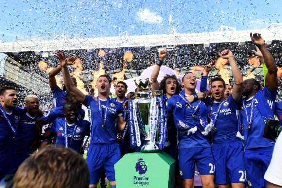 LONDON, ENGLAND - MAY 21: The Chelsea team celebrate with the Premier League Trophy after the Premier League match between Chelsea and Sunderland at Stamford Bridge on May 21, 2017 in London, England. (Photo by Michael Regan/Getty Images)